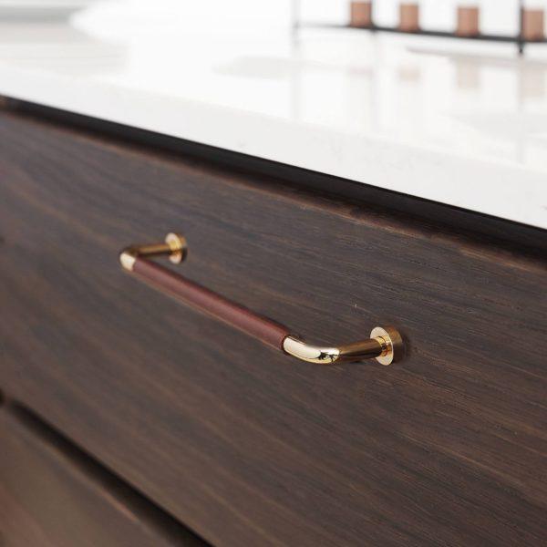 Beslag Design Lounge käepide nahaga messing/pruun Palmett Lukud